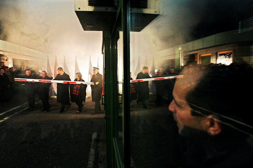 Gyurcsány Ferenc, Göncz Kinga, Takács Albert ünnepélyesen eltávolítják az utolsó sorompót a hegyeshalmi határátkelőnél, amikor Magyarország csatlakozott a schengeni szerződéshez 2007. december 20-án.