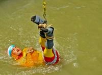 Belehalt a mutatványba a leláncolva folyóba merülő indiai szabadulóművész