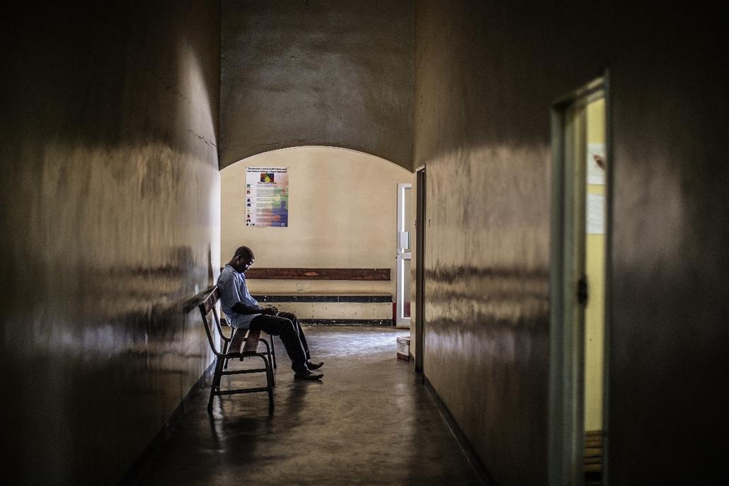 afp.14.11.28. - Lusaka, Zambia: tesztre várva a helyi egészségügyi központban - nagyítás, aids