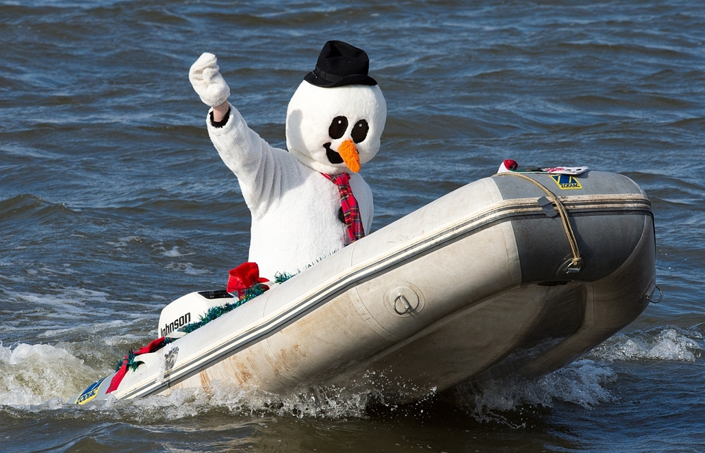 afp. hóember, Washington 2013.12.24. Frosty the Snowman is seen on the Potomac River on December 24, 2013 at National Harbor, Maryland, near Washington, during an annual waterskiing holiday show. The group of volunteers are celebrating their 28th annivers