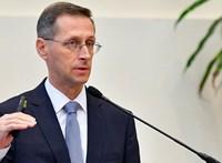 Az állam 958 milliárd forint hiányt hozott össze 2019-ben, a minisztérium a rezsiutalványokra mutogat