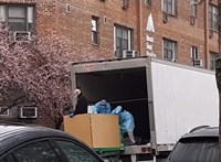 New Yorkban már annyi halott van, hogy hűtőkamionokban tárolják a holttesteket