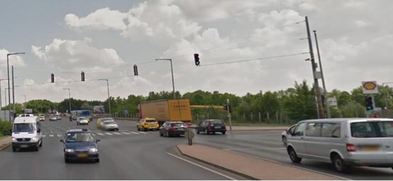 Busz karambolozott, emberek szorultak egy autóba a Ferihegyi úton