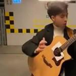 Eszméletlen, ahogy ez a húszéves fiú gitározza a Led Zeppelin slágerét