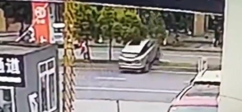Videó: Kihajtott az autókereskedésből az új kocsival – egyenest az első fának