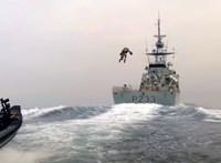 Videó: Jetpackkel repült egy hajóra egy brit katona