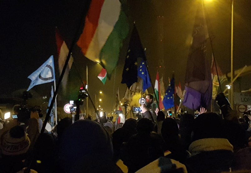 A köztévéhez értek a vonuló tüntetők, több képviselő bejutott az épületbe - ÉLŐ