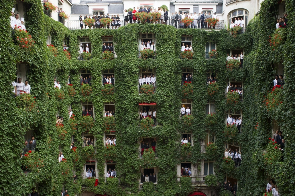 a hét képe nagyítás-fotógaléria kép, Employees pose from the balconies of rooms looking out onto the atrium of the Plaza Athenee hotel in Paris on October 1, 2013 as the hotel closes its doors for renovation. The hotel on the Avenue Montaigne in Paris wil