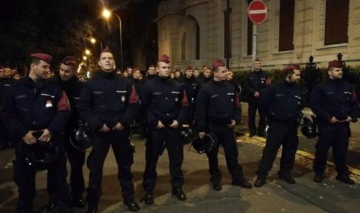 Rendőrök vették körbe a Fidesz-székházat megdobáló jobbikosokat - ÉLŐ