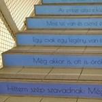 Zseniális lépcsőt alakítottak ki egy budapesti iskolában: fotó