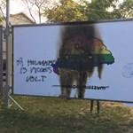 Megrongálták az egyik plakátot az ARC kiállításon
