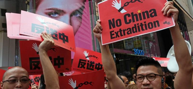 Tízezrek az utcákon Hongkongban – könnygázzal oszlatnak