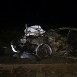 Fotók jöttek a súlyos balesetről, ahol 4 ember halt meg a vonat elé hajtó autóban