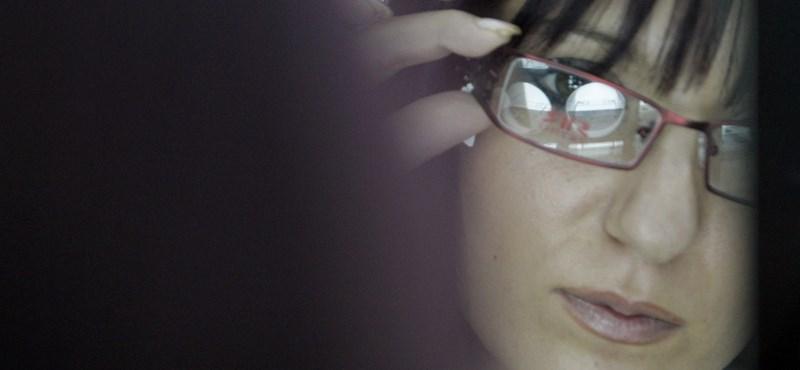 Fájt a szeme egy fiatal nőnek, 14 férget szedett ki belőle