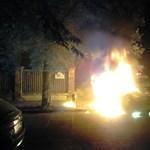 Fotó: Felgyújtottak egy autót a focihuligánok