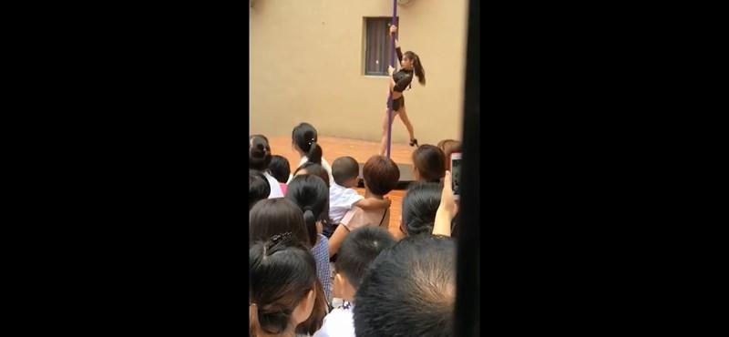 Rúdtánccal köszöntötték egy kínai óvodában a vakációról visszatért gyerekeket