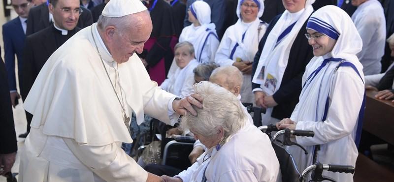 Az országban csak 570 katolikus van, mégis meglátoggatta őket a pápa