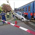 Orral gyűrődött a lajosmizsei vonat alá egy autó Pestszentimrén – fotó