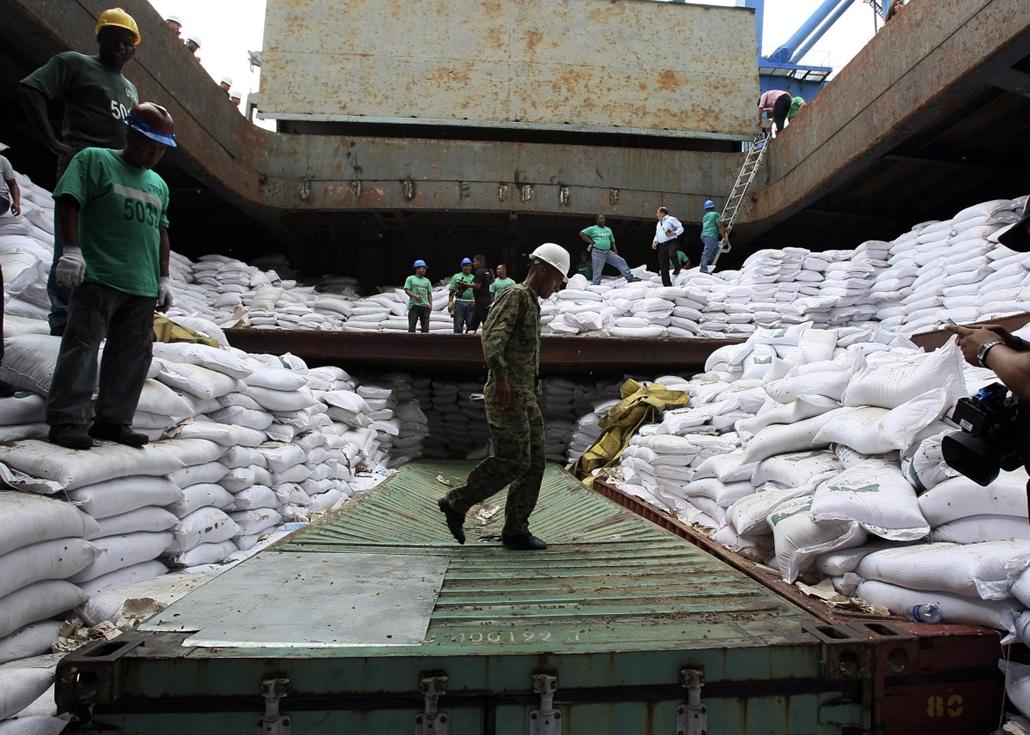 mti. Fegyvercsempész észak-koreai hajó Panamában - 13.07.16. - Cukroszsákok alá rejtett konténer a Chong Chon Gang észak-koreai hajón, amely Colón panamai város Manzanillo Nemzetközi Kikötőjében horgonyoz.
