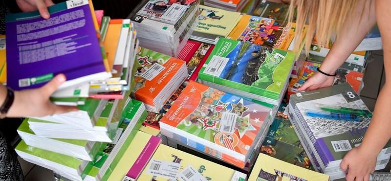A bírósági döntés ellenére a kormány ragaszkodik a tankönyvellátás átszabott rendszeréhez