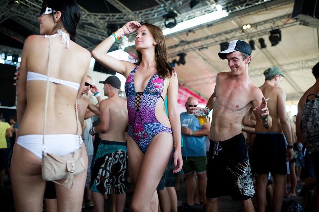 Sajtófotó 2011 - Nagyítás-fotógaléria - Bulvár, humor - egyedi - 2. helyezett: Odanézz