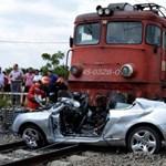 Vonat trancsírozott össze egy Bentley-t Romániában – fotók