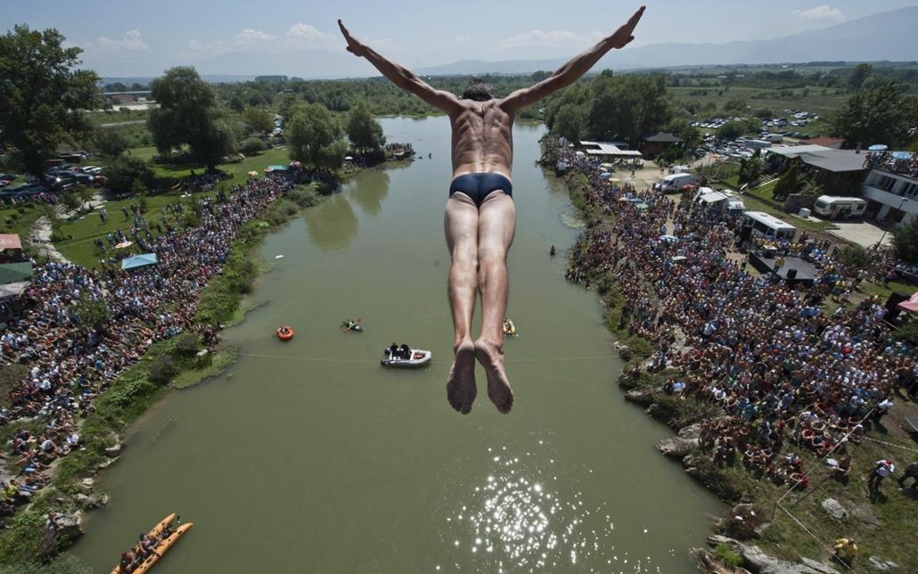AP_! aug.25-ig_! - 14.08.11. - Gjakova, Nézők figyelik az egyik versenyzőt, aki a 22 méter magas Ura e Shenjte hídról ugrik a Drina folyó vizébe a Pristinától 100 km-re délre fekvő Gjakovában rendezett ''toronyugró'' versenyen - 7képei
