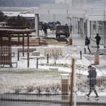 Védőöltözetbe bújt sofőr szállítja a gödi Samsung-gyár munkásait