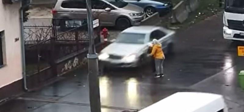 Videó: A járdán száguldott végig a dugó miatt egy Mercedes Soroksáron