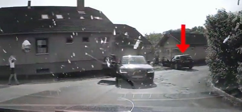150-nel húzott el az autós a rendőrautó mellett, majd karambolozott – videó