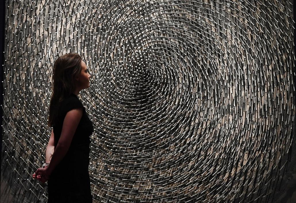 epa.17.03.03. - London, Egyesült Királyság: Günther Uecker német szobrász Spirale (Spirál) című, szögekből készített alkotása a Christie's aukciós ház londoni kiállítótermében. - 7képei