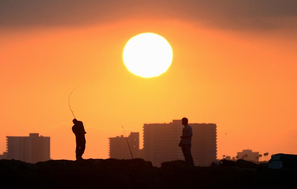 afp.14.06.28. - Seal Beach, Kalifornia, USA: halászok munka közben - 7képei