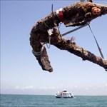 Fotó: kiemelték a tengerből Feketeszakáll háromszáz éves kalózhajójának vasmacskáját