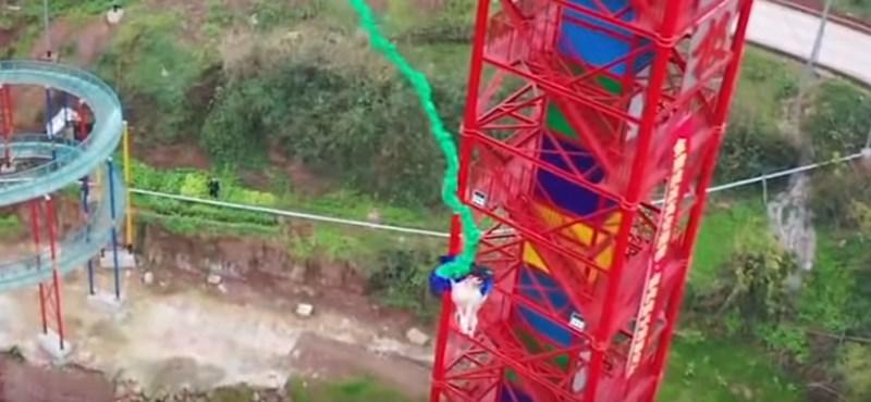 Hatalmas felháborodást váltott ki egy bungee jumpingozó sertés