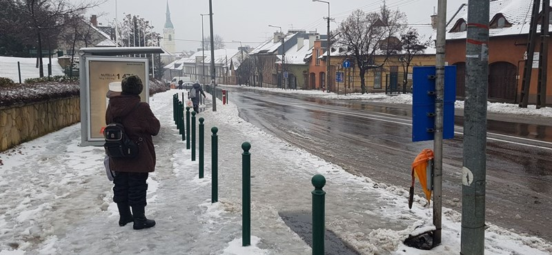 Tovább esik az ónos eső, 13 megyében érvényes a figyelmeztetés