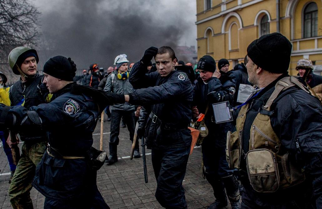 NE használd_! - Magyar fotográfusok háborús képei 100 éve és ma - nagyítás - Kijev, Ukrajna, 2014. február 20.