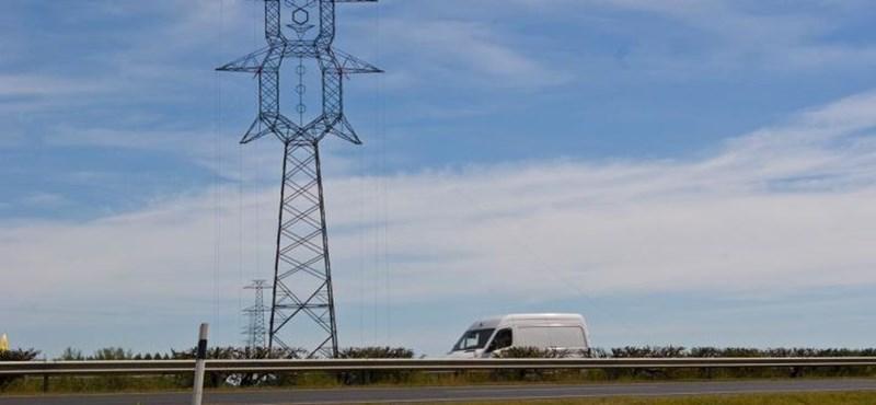 Fotó: Bohócoszlopokat állítottak az M5-ösnél