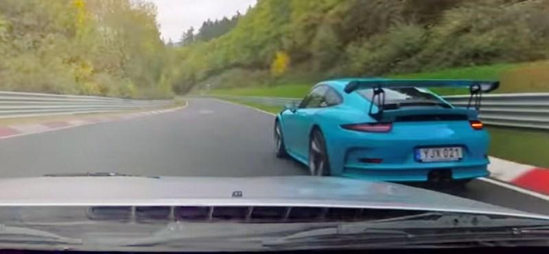 Nürburgringi csata: simán levadászta a kis Mazda az 500 lovas Porsche GT3 RS-t – videó