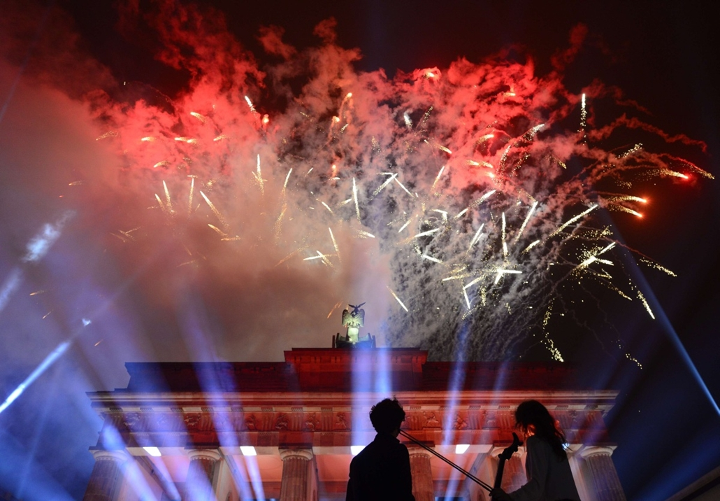 afp. Berlini fal leomlásA 25 éve 2014.11.09.Fireworks are seen over the Brandenburger Gate during a Street Party organized by German government to mark the 25th anniversary of the fall of the Berlin Wall, on November 9, 2014 in Berlin.