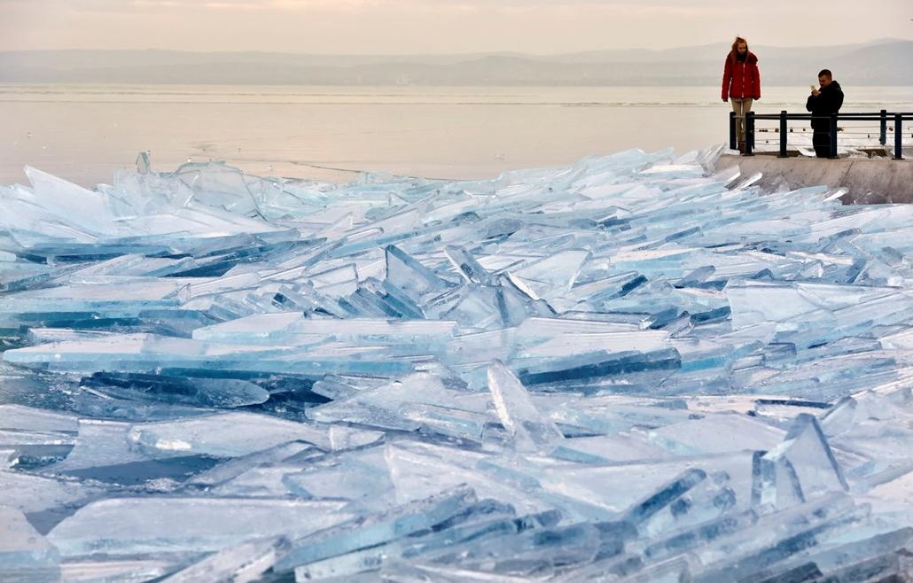 mti.17.01.04. Feltorlódott jégtáblák a siófoki mólónál 2017. január 4-én. Balaton,jégtábla,jég,befagyott Balaton