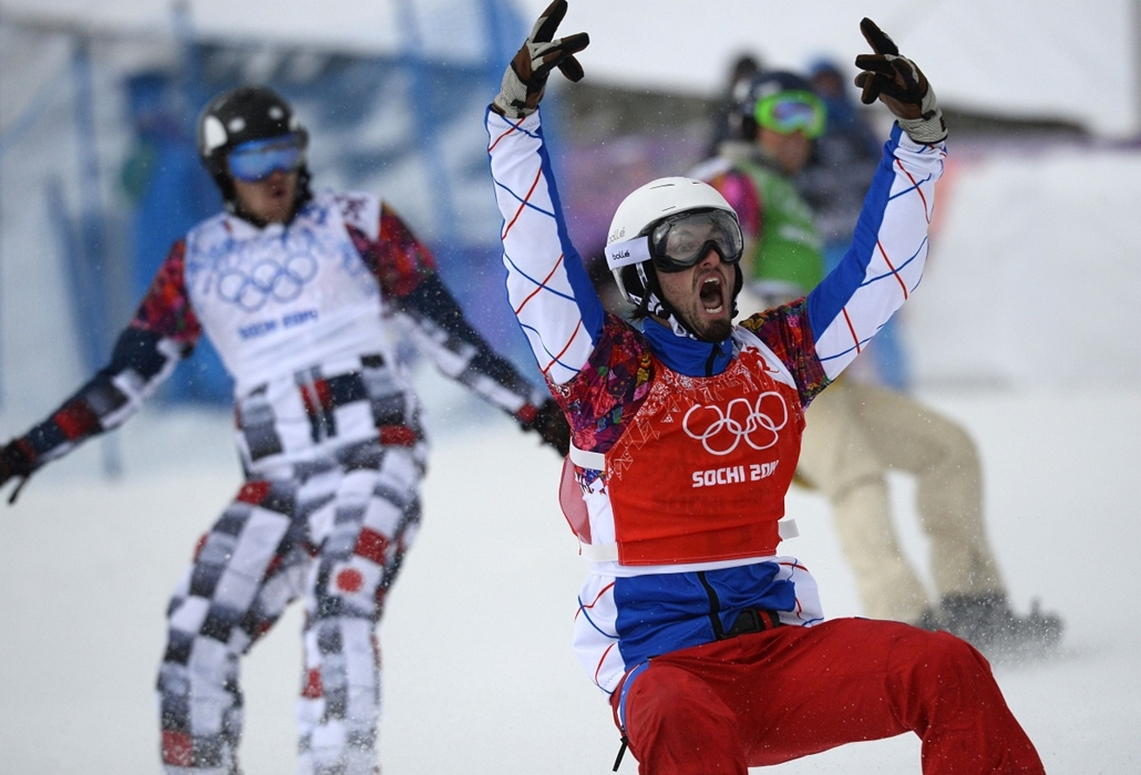 afp. Szocsi 2014 nagyítás - France's Pierre Vaultier celebrates his Gold Medal ahead of Russia's Nikolay Olyunin (L) and US Alex Deibold (R)in the Men's Snowboard Cross Final at the Rosa Khutor Extreme Park during the Sochi Winter Olympics on February 18,