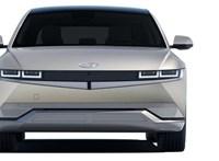 Szemrevalóan sarkos külsővel érkezett meg a Hyundai ígéretes új villanyautója