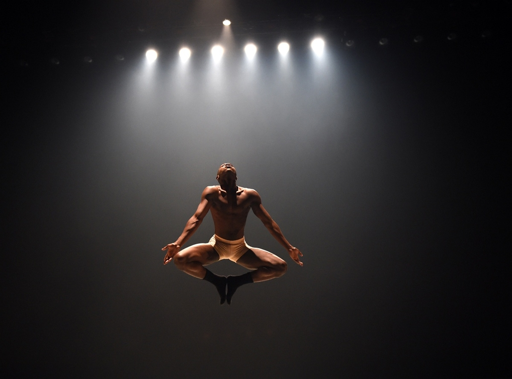 afp. hét képei - New York, Egyesült Államok, 2015.03.17. Dancers from Ailey II perform a scene from Hissy Fits during the New York season dress rehearsal before opening night at the Joyce Theater in New York March 17, 2015. Ailey II is the the junior ense