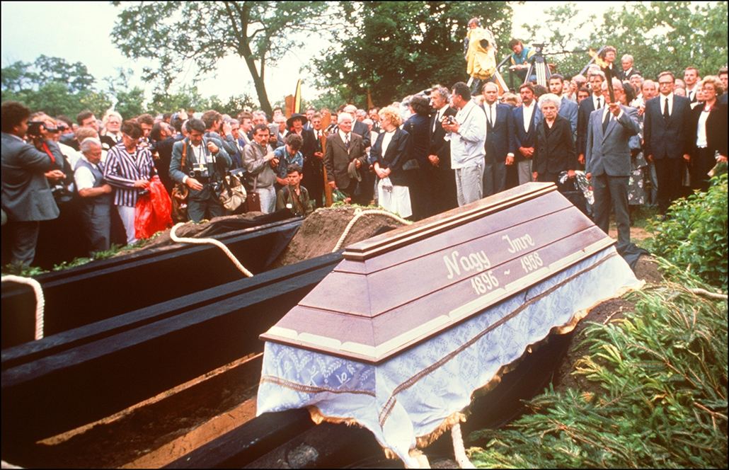afp. Nagy Imre újratemetése 1989. Budapest - Budapest : Friends and relatives surround the coffin of former Hungarian Prime Minister Imre Nagy 16 June 1989 in Budapest during his reburial. When Soviet forces began to put down the 1956 revolution, Nagy, th