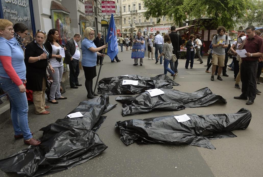 mti.14.04.28. - A munkahelyi balesetek áldozataira hívták fel a figyelmet Budapesten