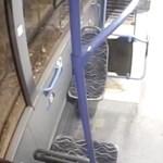 Elkapták a 9-es buszon pofozkodó két embert