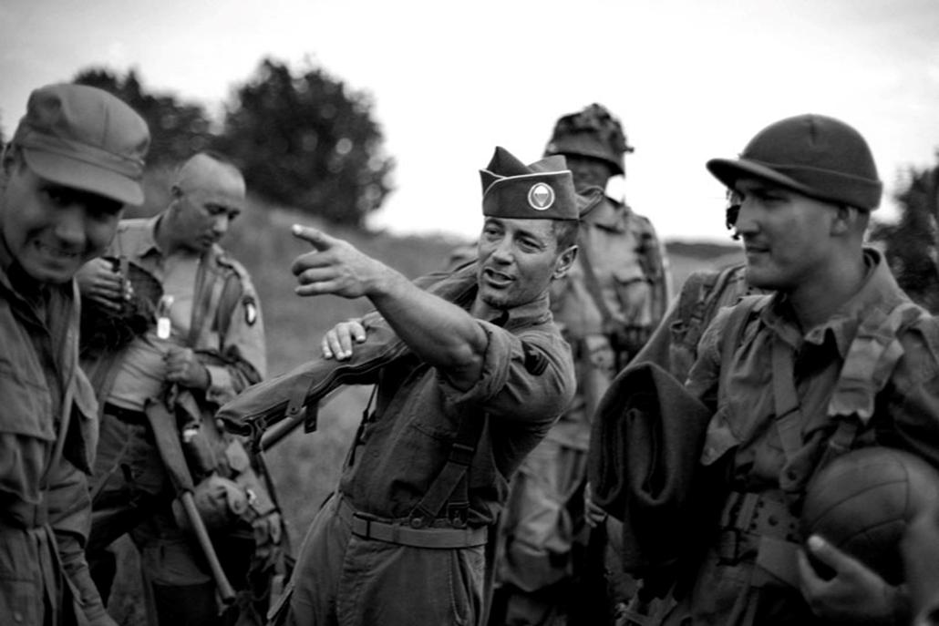 Képriport (sorozat) I. díj: Sopronyi Gyula (Szabadúszó): A D-nap. A magyar Airsoft 101-es Ejtőernyős Hadosztály tagjai részt vesznek az 1944. június 6-i  normandiai partraszállás, azaz a D-nap alkalmából megrendezett speciális kétnapos emlék harcon, 2009 június 6.-án Felcsúton.