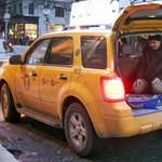 Fotó: New York-i életkép - csomagtartóban imádkozik a muzulmán taxisofőr
