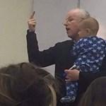 Mit tesz a tanár, ha egy hallgató babája sírni kezd az óráján?