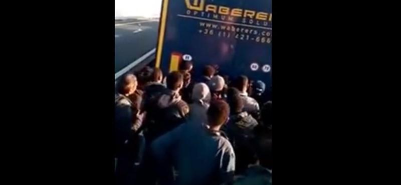 Magyar kamiont rohantak meg a menekültek a francia határon – videó